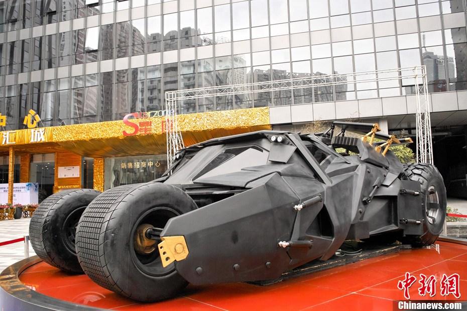 """成都 张浪/3月19日,成都街头按照1:1比例打造的电影《蝙蝠侠》里的""""..."""
