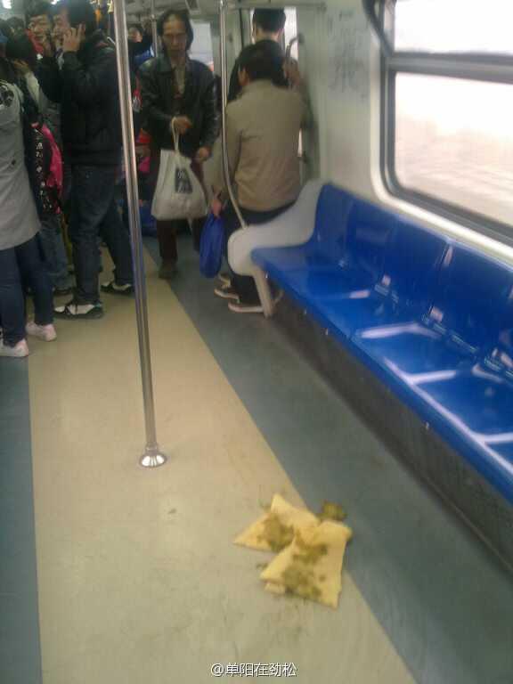 原标题:地铁上现排泄物 乘客掩鼻靠边站