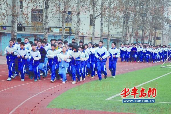学生们在体育课上锻炼身体.