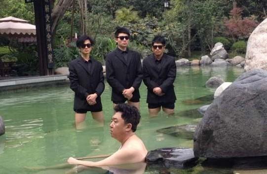 于谦晒日光浴_3月20日,相声演员于谦在微博晒出三张自己在都江堰新片拍摄现场泡