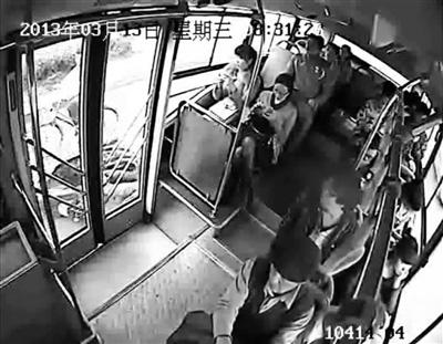 周先生第二次出现在画面中已经连人带车摔倒,且跟公交有一小段距离。监控截图