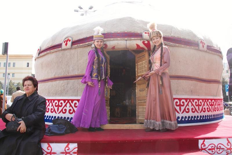 """在中亚地区,""""纳乌鲁斯""""节即春天的节日,标志着春天和一年生活工作的开始。哈萨克斯坦的""""纳乌鲁斯""""节为3月21日至23日,连上周末国民可连续休息5天。依照当地习俗,节日期间应当种树、清理泉眼和沟渠、在家打扫卫生并准备节日美食。"""