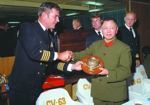 1980年5月至6月,时任副总参谋长刘华清在访美期间,登上美国小鹰号航母参观访问。