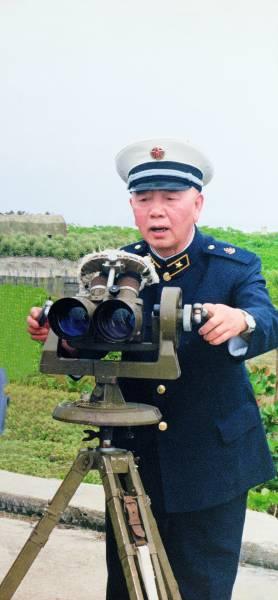 刘华清多次赴西沙视察调研,提出并指挥实施了包括驻军南沙、修建永兴岛机场在内的一系列战略工程。