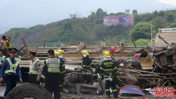 厦蓉高速龙岩往漳州段发生特大车祸 致11死35伤 高清图片