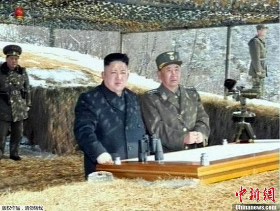 资料图:据朝中社3月20日报道,朝鲜领导人金正恩近日指导炮兵部队进行地对空导弹发射演练。