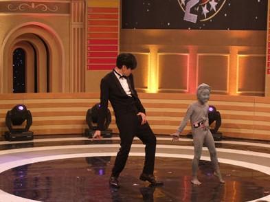 JJ模仿MJ�典舞步