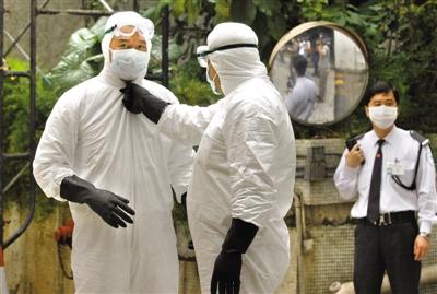 2003年4月2日,香港食物环境卫生署的工作人员在检查防护装备,准备进入淘大花园检查。