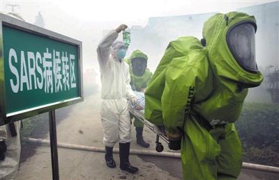 2003年5月22日,四川成都,一场灾难演习中,救火队员从一家非典定点医院中救出扮演非典病人的人们。 图/CFP