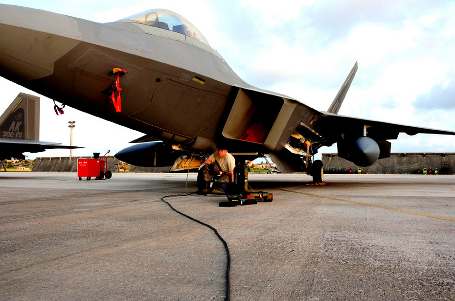 歼20格斗导弹发射装置全面曝光 明显强于F22