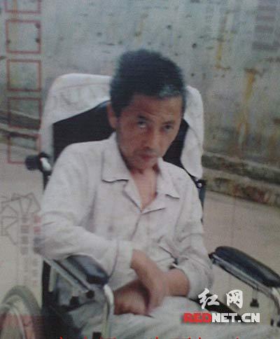 (在建房过程中受伤的民工石建国如今在轮椅上生活)