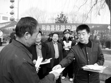 阳曲县委常委、政法委书记刘国伟为群众讲解综