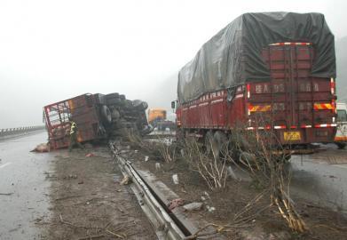 包茂高速4车相撞 2死3伤