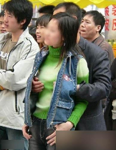 无处不在的咸头像组图女生地铁遇色狼(双手)短裙少女张开猪手的图片