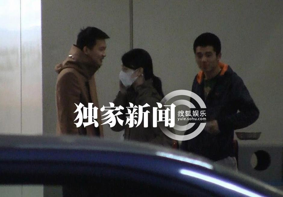 北京/日前,穿着卡其色外套、扎着素净马尾的周冬雨独自从上海飞回...