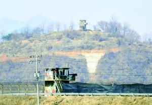 这是3月27日在韩国西北部靠近南北军事分界线的坡州市一带拍摄的韩国(下)和朝鲜哨所。