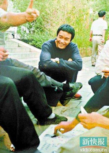 记事簿内有哥哥未曝光的相片,这张是当年哥哥在杭州拍写真集《庆》时的留影
