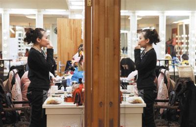 沈阳刘老根大舞台后台,二人转演员化妆准备登台