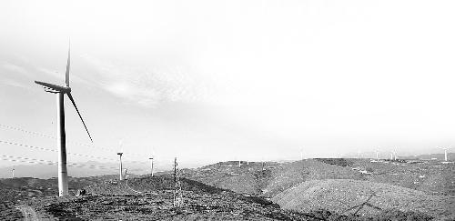 风电场风力发电机的风叶在不停地转动. 本报资料图片