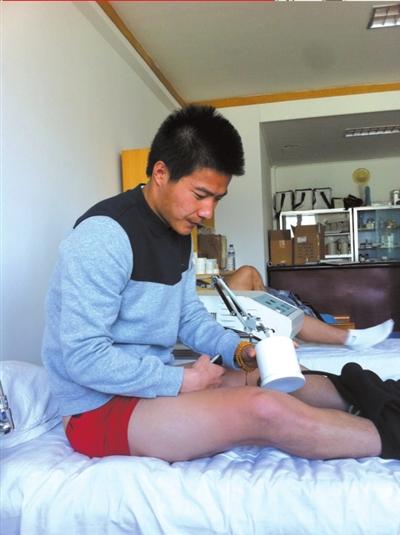 吕鹏在接受治疗。京华时报记者 孙永军摄