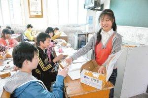 王小英在班上专门负责发放营养餐