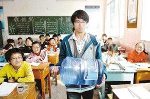 班上有专门负责搬运桶装水的班干部