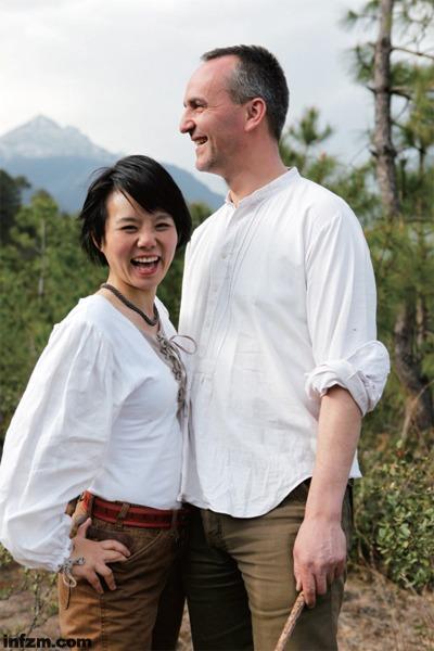 """老锣和现任妻子龚琳娜。老锣给前妻乌仁娜写歌,走的是""""很蒙古""""路线;给龚琳娜,走的是""""高雅艺术""""路线。两个中国女人在老锣的包装下,都迅速走红。 (受访者供图)"""