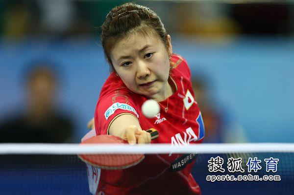 图文:乒乓球世界杯日本VS韩国 福原爱奋力回球