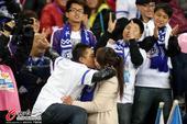 中超图:泰达主场惊现球迷求婚 情侣忘情拥吻