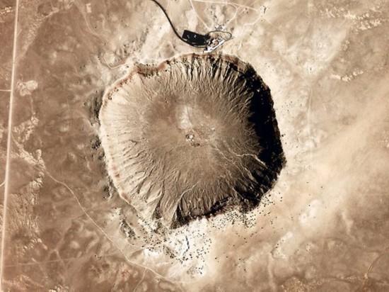 """陨石坑挖出2吨钻石_全球震撼地坑盘点:""""地狱之门""""燃烧40年(组图)-搜狐滚动"""