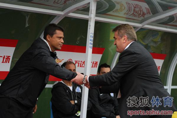 幻灯:广州富力PK山东鲁能 双方主帅握手