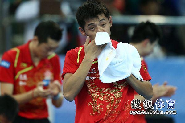 图文:中国男团夺世界杯冠军 张继科擦鼻涕