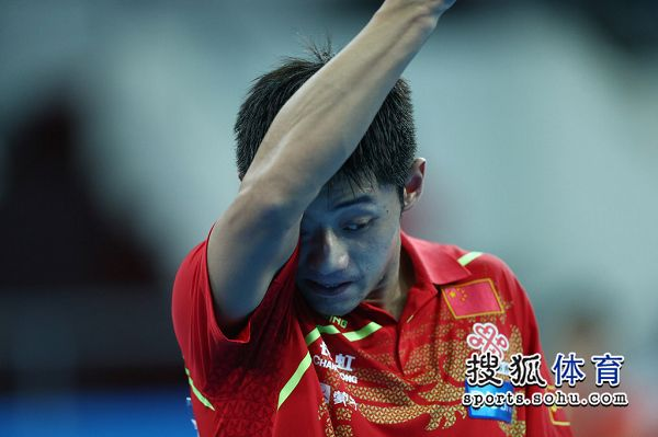 图文:中国男团夺世界杯冠军 张继科衣袖擦汗