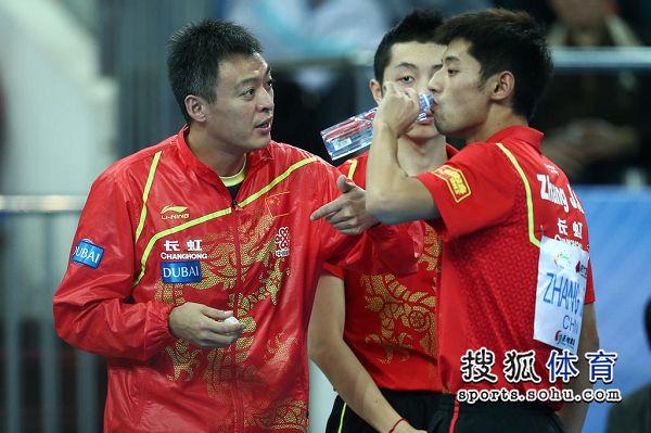 图文:中国男团夺世界杯冠军 秦志戬指导