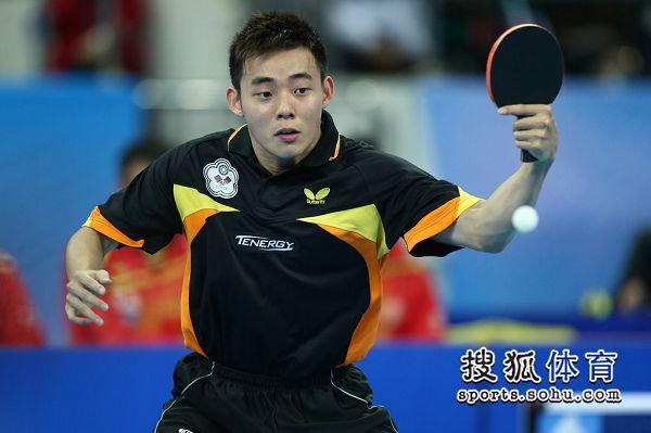 图文:中国男团夺世界杯冠军 陈建安反手回球