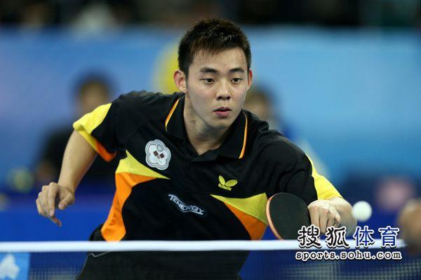 图文:中国男团夺世界杯冠军 陈建安回球
