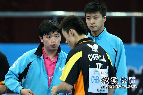 图文:中国男团夺世界杯冠军 陈建安接受指导