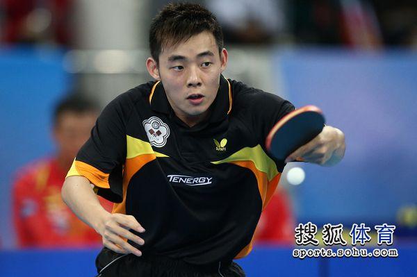 图文:中国男团夺世界杯冠军 陈建安盯紧对手