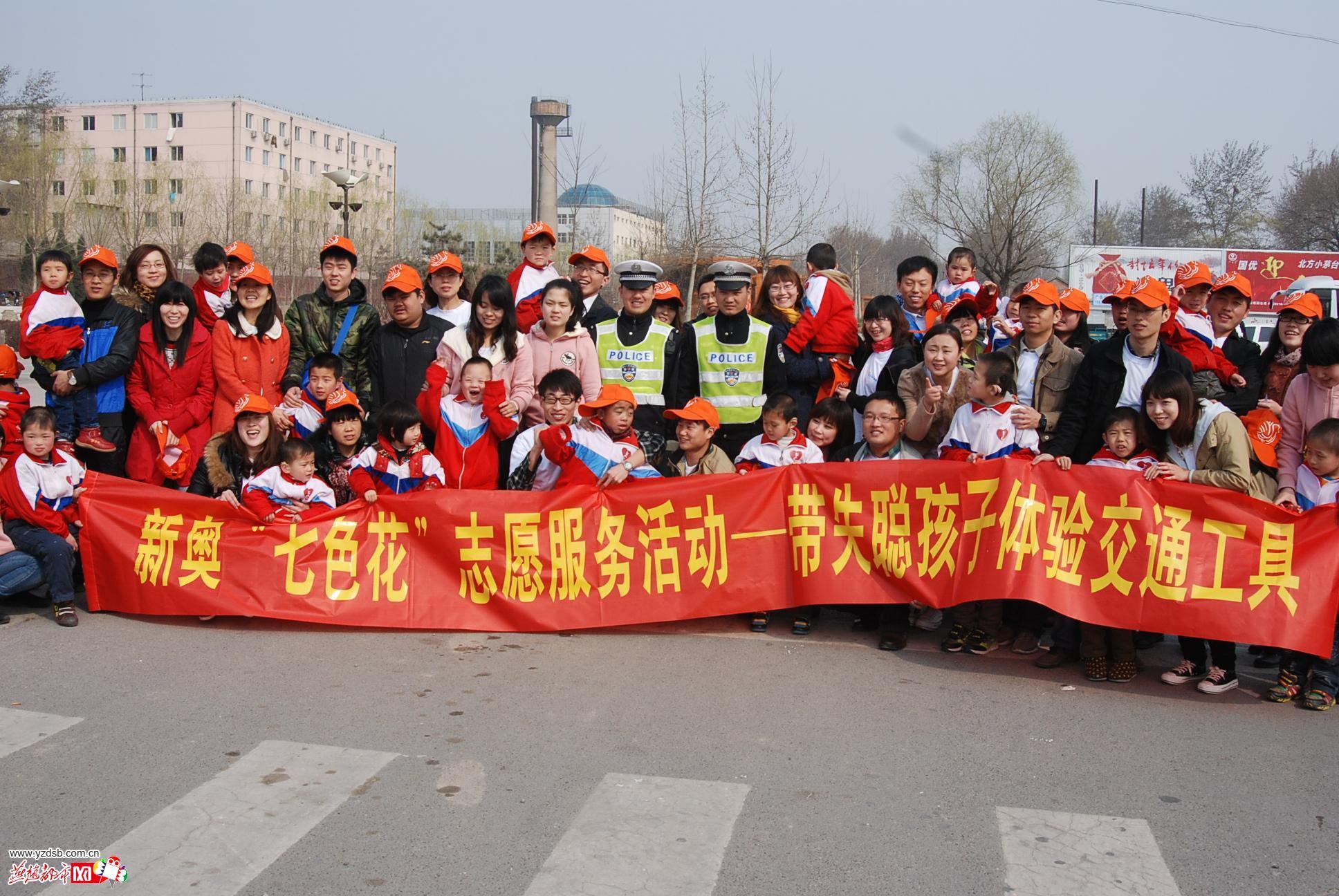 河北廊坊志愿者带失聪孩子走出校园体验交通(