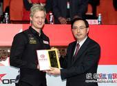 图文:中国赛罗伯逊10-6塞尔比 罗伯逊获得礼品