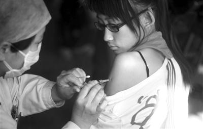 2009年10月,垂杨柳中学一名女生在接种甲型H1N1流感疫苗。昨日卫计委称,国内外尚无H7N9疫苗。新京报资料图 薛�B 摄