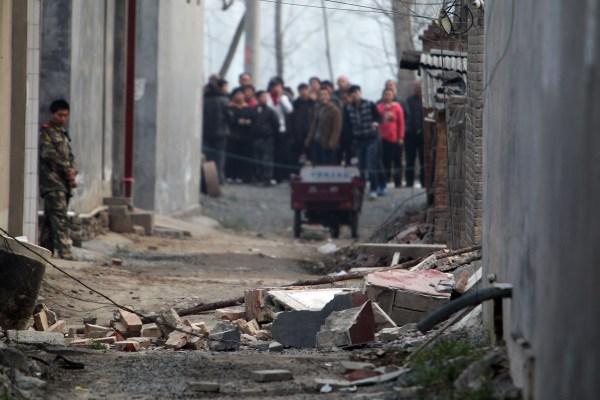 3月31日,河南省许昌县,一户村民家院子因土地塌陷造成房屋倒塌,村民王德欣在事故中失踪。