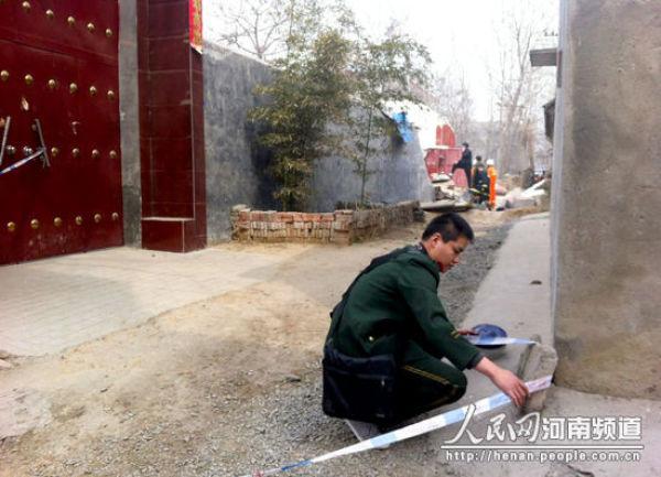 河南许昌两户农家房屋塌陷落入14米深坑
