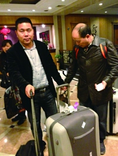 旅行团中的一名男士回到祖国,感到如释重负。