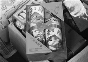 """华严菜市场边上商铺中造型为""""鱼翅、海参""""的祭品"""