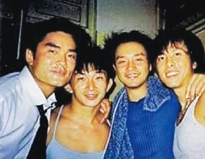 张国荣(右二)曾为甄子丹(右一)唱生日歌