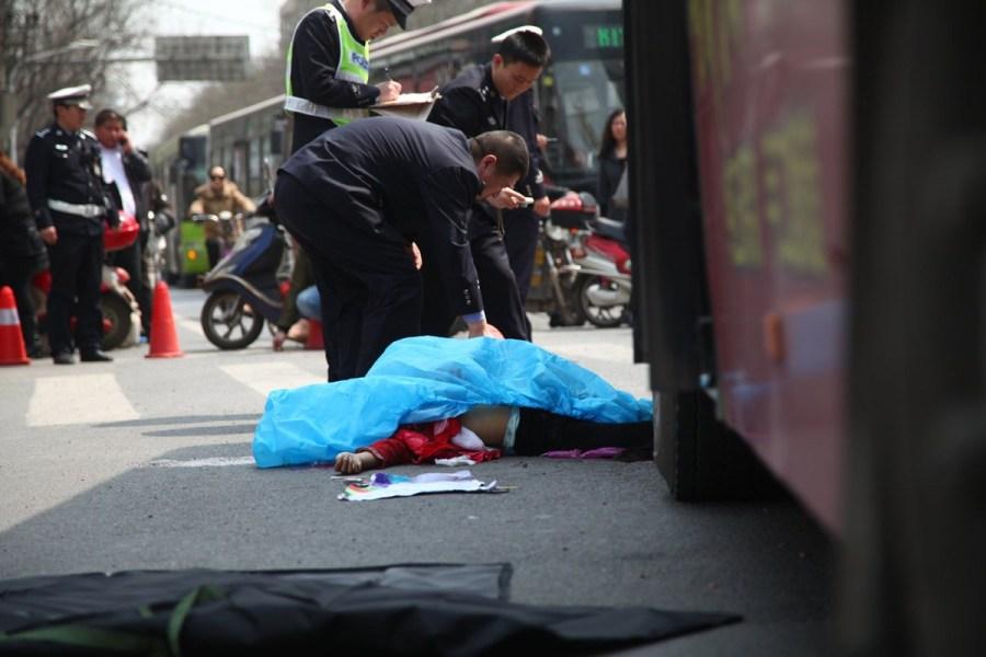 郑州11岁女孩乘电动车遭公交车碾压头部死亡(组图)