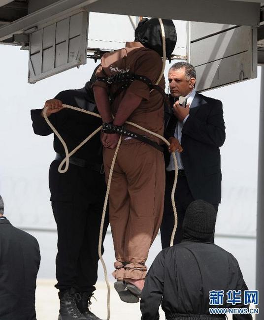 科威特城/当地时间2013年4月1日,三名谋杀犯在科威特首都科威特城被绞刑...