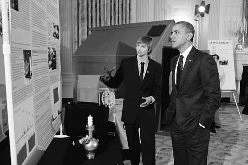 威尔森向奥巴马介绍自己的核物理研究
