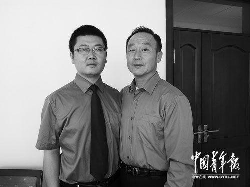 帮助张高平、张辉申述的新疆石河子市检察院原检察官张飚(右)、检察官高晨。本报记者 王雪迎摄